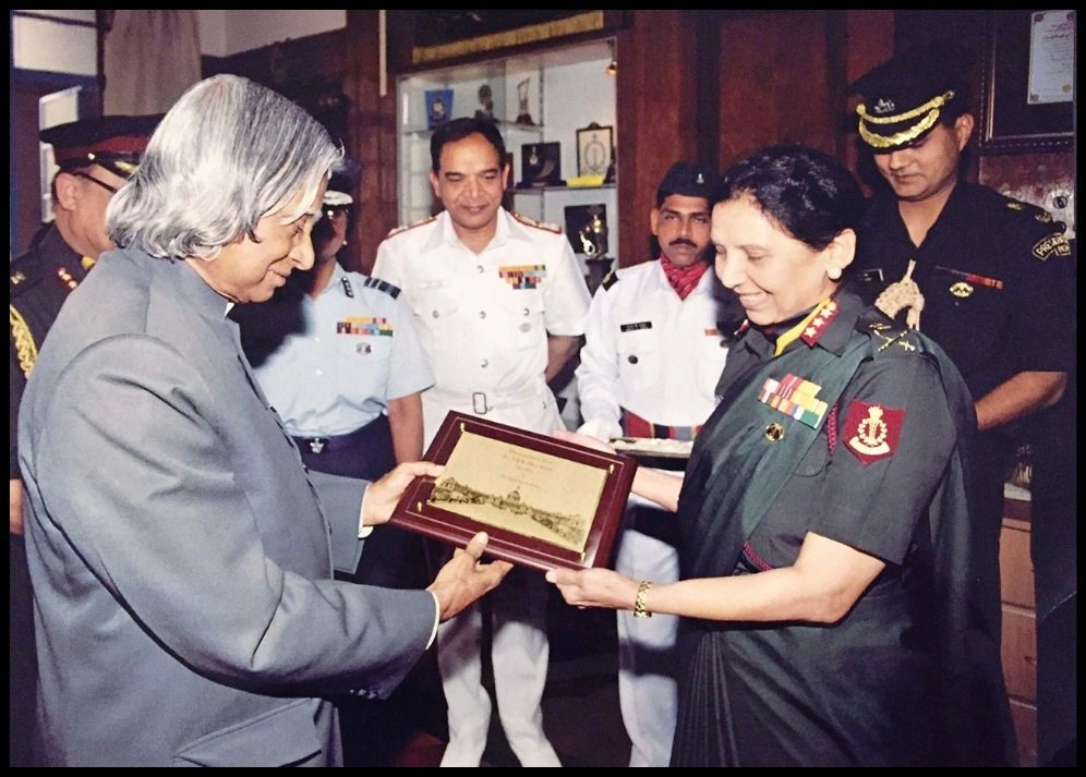Punita-Arora-receiving-Param-Vishisht-Seva-Medal-from-11th-President-of-India-Dr.-A.-P.-J.-Abdul-Kalam-Be-An-Inspirer