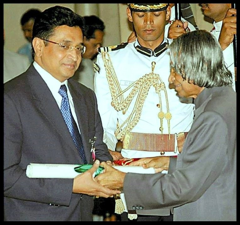 Koduru-Ishwara-Varaprasad-Reddy-receiving-Padma-Bhushan-award-from-the-11th-President-of-India-Dr.-A-P-J-Abdul-Kalam-in-the-year-2005-Be-An-Inspirer