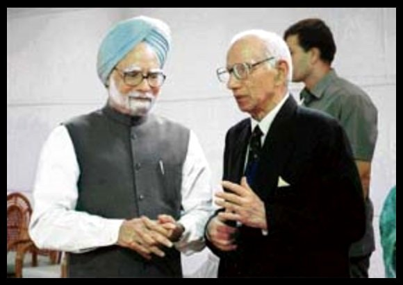 Raghunandan-Swarup-Pathak-with-13th-Prime-Minister-of-India-Manmohan-Singh-Be-An-Inspirer