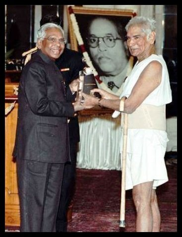 Baba-Amte-receiving-the-Dr-Ambedkar-International-Award-in-1999-from-the-10th-President-of-India-K-R-Narayanan-Be-An-Inspirer
