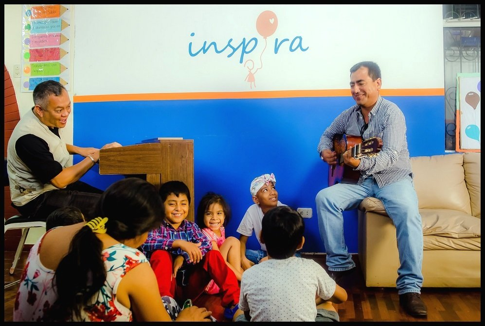 Dr. Ricardo Pun-Chong with the children at Inspira shelter